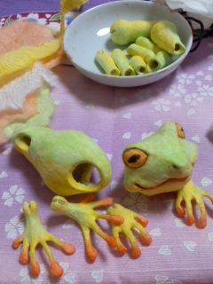 カエル橙色の紙を貼る