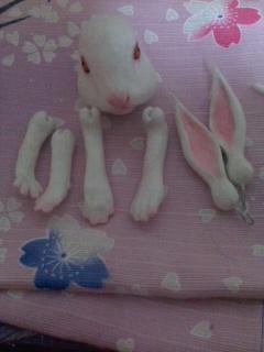 ウサギ・ピンクの紙を貼る